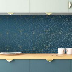 Ce matin, gros plan sur un des nouveaux décors de la rentrée 🌟Tiles bleu pétrole et doré (avec de jolis et discrets reflets brillants), papier intissé facile à poser, disponible en rouleau de 10 ml à un tarif. .très raisonnable 😊 Vous pouvez aussi hésiter avec la version ivoire - doré 🌟#paris #tiles #deco #golden #doré #kitchen #wallpaper #papierpeint #decoration #walldesign #artdeco #geometric #lifestyle #luxury #trendy #designer #papermint_paris