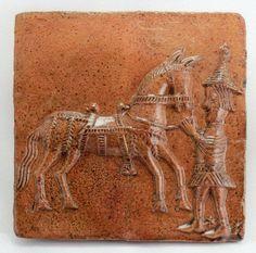 Kafel piecowy ze szkliwem jasnobrązowym; giermek   trzymający konia za uzdę, drugie ćwierćwiecze XV w.