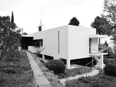 is a modernist villa in Roquebrune-Cap-Martin, in the Alpes-Maritimes department of France. It was designed and built from by the Irish architect and furniture designer Eileen Gray. Eileen Gray, Le Corbusier, Art Deco, Bauhaus, Brown Leather Armchair, Grey Houses, Ceiling Windows, Modern Architecture, Outdoor Decor