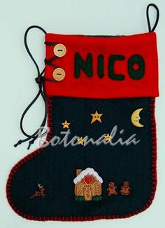 El calcetín de Nico tiene una casita de galleta y galletitas de gengibre que parecen personitas. Son todos botones decorativos, así como la luna, las estrellas y el reno. También lleva dos botones de madera y un cordón de cola de ratón para simular la lazada de la bota.