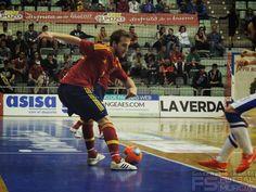 Pola controla el balón.  @SeFutbol España-Grecia. Homenaje a Kike Boned. Ginés Rubio @grl48