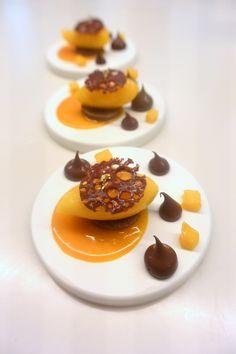 """""""Mangue-Chocolat"""" réalisé par Marie Meunier à la Michalak Masterclass lors du cours """"Autour des fruits de saison"""" #plating #presentation"""