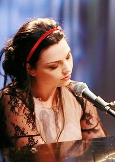 Amy Lee, Evanescence- Look at how gorgeous she is at this angle....