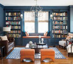 coin lecture avec table en bois, baquette bleu pétrole, tabourets orange et tapis graphique