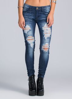 Like to show a little skin when you're rocking skinnies? Same, girl, same. #shredded #jeans #ripped