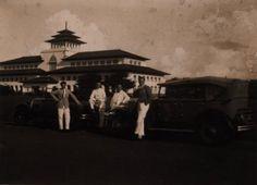 Tempo Doeloe- Sejumlah Pria Eropa di depan Gedung Sate, Bandoeng. 1920-1930
