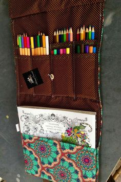 Bag livro Sewing For Kids, Diy For Kids, Diy Stationery Organizer, Grandma Crafts, Sew Over It, Diy Christmas Presents, Art Case, Sewing Projects For Beginners, Craft Gifts