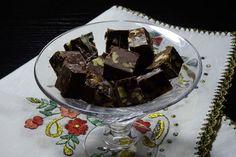 Είναι πολύ καλό να έχεις φίλη που φτιάχνει για σένα τα καλύτερα σοκολατάκια. Αυτή η φίλη είναι η Ελένη Α. Σήμερα μας έφτιαξε σοκολατάκια με ξηρούς καρπούς πανεύκολα.