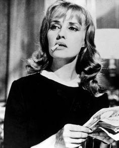 Occhi azzurri, naso lungo e sottile, bocca un po' all'ingiù, come Jeanne Moreau, l'attrice, mi spiego?