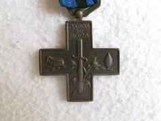 Rarissima croce in bronzo piu' rara di quella in argento assegnata a tutti coloro che avevano partecipato alla Campagna Fascista del 1920 - 1922 terminata con la Marcia su Roma del 28 ottobre 1922, comprensiva del nastro originale d'epoca.