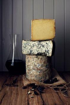 Франция насчитывает более 400 видов сыров и каждый уникален в своем роде. Удивляет не только разнообразие видов сыров, но и огромное количество их форм: круг, диск, барабан, прямоугольник, квадрат, стоящий цилиндр, лежащий цилиндр, слиток, конус, сердечко и треугольник. Такие французские сыры, как Камамбер и Бри, всегда готовят в форме диска. Именно такая форма обеспечивает сыру равномерное созревание.