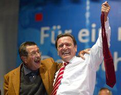 2002: Kanzlerkandidat Gehard Schröde rund Günter Grass bei einer Wahlkampfveranstaltung  in Dortmund. Seit 1965 hatte Grass immer wieder SPD-Kandidaten im Wahlkampf unterstützt.