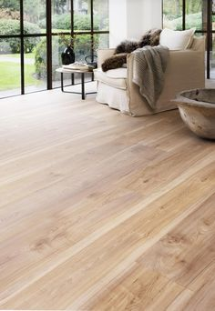laminaat woonkamer, laminaat eiken, vloer inspiratie woonkamer, vloeren woonkamer, laminaat licht, houten vloer | LAMINAATENPARKET.NL Light Wood Floors, House Design, Home Living Room, House Styles, Home Decor, Flooring, Floor Colors, Floor Installation, Home And Living