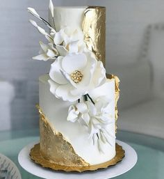 Gold and magnolia cake - Maui Wedding Cakes - Desserts - Dessert Recipes Elegant Wedding Cakes, Elegant Cakes, Beautiful Wedding Cakes, Gorgeous Cakes, Wedding Cake Designs, Pretty Cakes, Amazing Cakes, Wedding Cake Gold, Purple Wedding