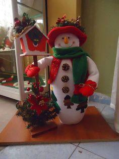 BONECO DE NEVE -CRÉDITOS FOTO Christmas Sewing, Primitive Christmas, Christmas Snowman, Christmas Holidays, Christmas Ornaments, Snowman Crafts, Felt Crafts, Christmas Crafts, Felt Christmas Decorations