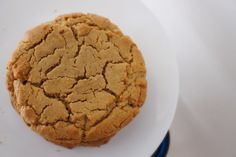 This recipe allows you to make a super large cookie, just like in a bakery. Bakery Cookies Recipe, Cookie Bakery, Cookie Recipes, Dessert Recipes, Soft Peanut Butter Cookies, Chewy Peanut Butter Cookies, Brownies, Biscuits, Chocolate Filling