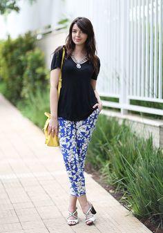 Azul e branco nas estampas com uma camisa básica por cima deixa o look lindo! #moda #fashion