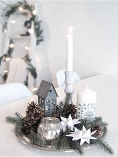 キャンドルの他に、星やハウス型雑貨もプラス。後ろに高さのあるモノを置くと奥行きが出てまとまります。ホワイトカラーやガラスアイテムを使用することで、銀幕の冬景色を思わせる神秘的な雰囲気がつくれます。