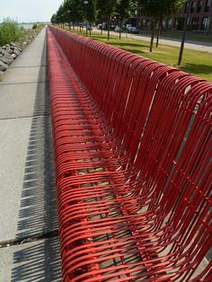 Breeduit zitten op rode bank op #IJburg #anderskijken #35dagen #Dag11 #synchroonkijken11 #rijtjes