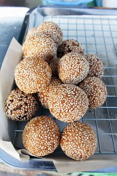 Chinese-style donut (เจี้ยนแด้) is very popular in Koh Phangan, as many of the original settlers of the island came from Hainan in China. This hollow fried dough is filled with mashed sweetened pumpkin, bean or taro root.