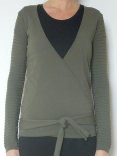 Cardigan incrociato color verde oliva di calda e morbida flanella di viscosa. Vestibilità: regular - Taglia unica Lunghezza capo: 60 cm Lunghezza manica: 60 cm Composizione materiale: 95%VI 5%EA