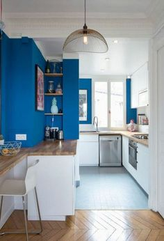 Kitchen open on the living room: a warm room in a Parisian apartment Small Open Kitchens, Cool Kitchens, Kitchen Design, Kitchen Decor, Kitchen Living, Living Room, Painting Oak Cabinets, Parisian Apartment, Apartment Kitchen