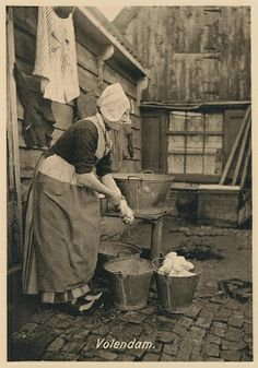 Volendam, wasvrouw pm 1915 #NoordHolland #Volendam Vintage Photographs, Vintage Images, Old Pictures, Old Photos, Norwegian Style, Vintage Laundry, Working Woman, Working Girls, Amsterdam