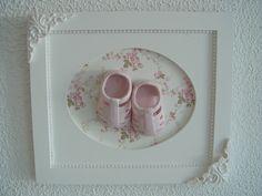 Quadro maternidade sapatinho de porcelana (cód. MA 0158). Detalhes em resina e tecido.  Pode ser personalizado e com outros tecidos.  # DISPONÍVEL UMA UNIDADE À PRONTA ENTREGA  ** PRODUTO ARTESANAL SUJEITO À PEQUENAS VARIAÇÕES. R$ 159,90
