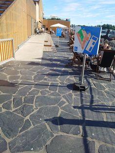 Helsinki Allas Sea Poolille asentamamme liuskekivet näyttävät pysyneen paikoillaan varsin hyvin. Muutamat linnunlöröt ovat vain pieni kosmeettinen haitta ;)
