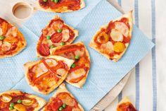 Hartig sinterklaashapje van eigen pizzabodem met ham en kaas - Pizzamijtertjes - Recept - Allerhande