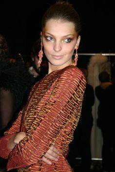 Elle est l'une des trois cover girls, avec Stephanie Seymour et Lauren Hutton, à incarner soixante ans de beauté sous l'oeil d'Inez & Vinoodh en couverture du numéro de novembre 2012 de Vogue Paris, spécial 'Age Issue'. L'occasion de revenir sur les plus beaux looks de podium de Daria Werbowy.