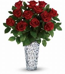 Si te gusta mas lo tradicional en el AMOR aqui esta el regalo perfecto para tu amada ese Día del amor. Las clasicas Rosas Rojas que representan  amor y pasion en un jarron brillante.