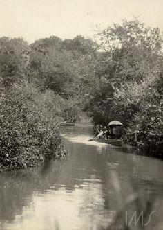 Barcos no rio Tamanduatei, c. 1910. Rio Tamanduateí, provavelmente nas proximidades da rua Santa Cruz da Figueira, no Brás, São Paulo / Acervo IMS. Vincenzo Pastore.