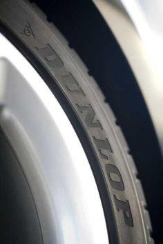 El diseño asimétrico de las entalladuras mejora el agarre en superficies secas y mojadas.