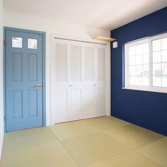 fukui-kensetsuさんの、マリンスタイル,マリンテイスト,福井建設,和室,輸入ドア,神棚,ルーバー扉,琉球畳,紺色の壁紙,部屋全体,のお部屋写真
