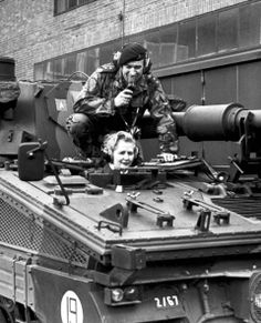 Margaret Thatcher on 23 January 1976 in conning tower of a tank at the Signal Regiment in Waldfrieden barracks. Revolutionary Road, Margaret Thatcher, Lokal, Panzer, British Army, Us Travel, Lady, Portrait Photography, Tower