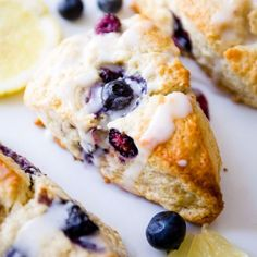 My go-to scone recipe filled with blueberries and topped with sweet and tangy lemon glaze to make the best Glazed Lemon Blueberry Scones! Lemon Blueberry Cupcakes, Blueberry Cookies, Blueberry Scones, Blueberry Recipes, Breakfast Scones, Homemade Scones, Sallys Baking Addiction, Biscuit Recipe, Blue Berry Muffins
