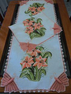 1 caminho de mesa de 1,40m feito no tecido da Estilotex branco com pintura e crochê e 1 pano de prato feito com tecido de sacaria da estilotex com pintura e crochê .Faço da cor da sua preferência! R$ 112,00