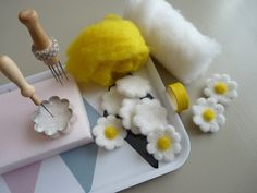 Wool Needle Felting, Needle Felting Tutorials, Nuno Felting, Felt Crafts Diy, Felt Diy, Cute Crafts, Felt Animals, Felt Flowers, Wool Felt