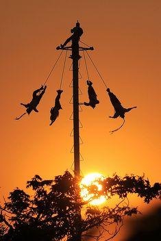 ***** Voladores de Papantla, Mexico. Los Voladores son un testimonio vivo de los antepasados Totonacas que fundaron Papantla en el año 1200 y que continúa manteniendo la herencia cultural riquísima de esta región de México.