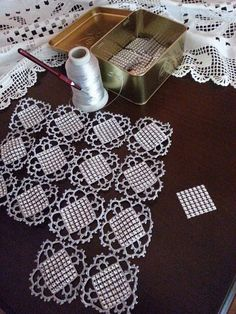 This Pin was discovered by Lal Crochet Motif Patterns, Crochet Borders, Tatting Patterns, Crochet Squares, Filet Crochet, Crochet Designs, Crochet Bedspread, Crochet Doilies, Crochet Lace