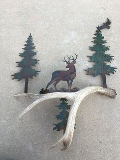 Antlers are woodland-inspired cool rustic pieces that bring coziness. Antlers make accessory holders and natural jewelry hangers. You can add some décor with diy decoration ideas using antler. Deer Antler Crafts, Antler Wall Decor, Antler Art, Deer Decor, Rustic Wall Decor, Rustic Walls, Antler Decorations, Rustic Bedrooms, Rustic Art