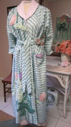 Item 41 / Glamour Girl Bath Robe / Retro Vintage by bonnilanese, $185.00  I think this is the one.