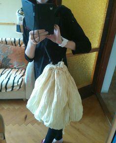 Szoknyából strandtasi! Anyám Istentudja hány éves hosszú szoknyájából készítettem. Először strand ruha akart lenni, de rájöttem, hogy ilyen anyagot és színt soha nem vennék fel, de már félbe vágotam, szóval + munka. Félbe hajtottam, varrtam, majd a sok kilógó anyagból 5 fakk lett. A régi gumit kicibáltam belőle, majd visszahúztam a saját kötözőjét, a száját így be lehet zárni. És így lett a szoknyából, strand táska! ☺