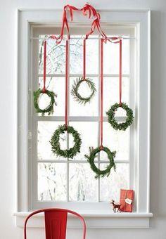 fenêtres décorées avec de petites couronnes de Noël