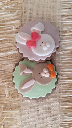 Biscoitos de gengibre, tipo gingerbread, decorados com pasta americana. Peso da unidade: aprox. 30 gr. Embalagem em celofane com fita