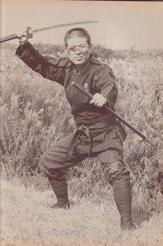The Blind Ninja - Soke Masaaki Hatsumi Dr. Samurai Weapons, Ninja Weapons, Samurai Warrior, Arte Ninja, Ninja Art, Karate, Ju Jitsu, Shadow Warrior, Martial Artists