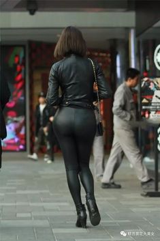 Black leather leggings bottom and leather jacket with ankle boots candid amateur street style Tight Leather Pants, Black Leather Leggings, Shiny Leggings, Tight Leggings, Leather Jacket, Leather Jumpsuit, Mode Latex, Latex Pants, Leder Outfits