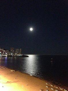 Benidorm, 22-06-2013.- Víspera de la noche de San Juan y de la Super Luna2.013.   Este fenómeno se produce cada 15 ó 18 años, cuando la luna está más cerca de la Tierra y se puede ver un 12 % más grande y más brillante.