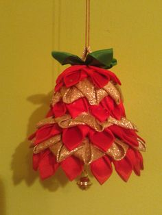 zvoneček Fabric Christmas Ornaments, Quilted Ornaments, Handmade Ornaments, Ball Ornaments, Christmas Balls, Christmas Crafts, Christmas Decorations, Xmas, Holiday Decor